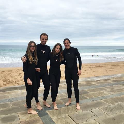 Mercè y su familia aprovecharon el fin de semana para hacer surf en Zarauz