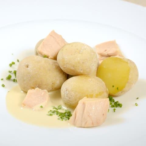 Patatas asadas aliñadas con mojo de atún